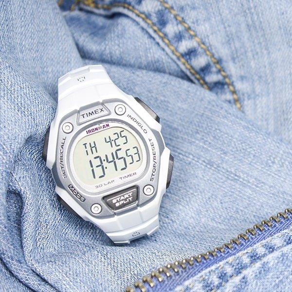Cyfrowy zegarek Timex Ironman w białym kolorze.