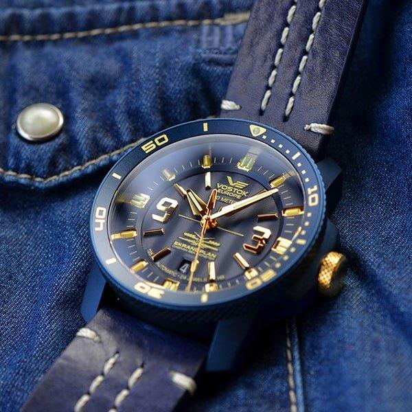 Zegarek Vostok Europe w niebieskim kolorze na skórzanym pasku.