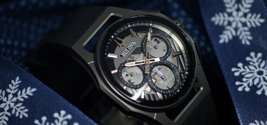 Luksusowy, męski zegarek Bulova Curv na skórzanym brązowym pasku z okrągłą, stalową kopertą w kolorze srebra. Mechanizm zegarka jest wyraźnie wygięty do spodu co oznacza, że zakrzywiony jest także chronograf.