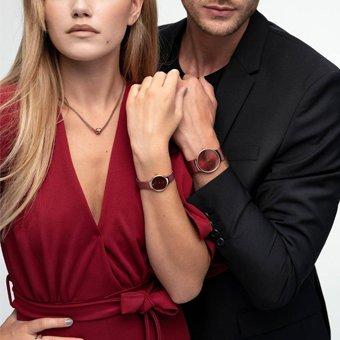 Idealny zestaw zegarków 13326-CHARITY Limited Edition CHARITY oraz 13338-CHARITY Limited Edition CHARITY dla par w kolorze czerwonym z mechanizmem kwarcowym jak i szkiełkiem szafirowym.
