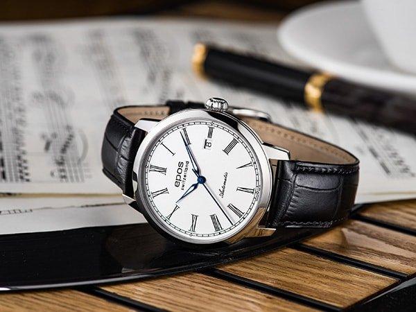 Zegarek Epos na czarnym skórzanym pasku z białą tarczą.