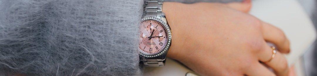 Zegarek Caravelle z różową tarczą na srebrnej bransolecie.