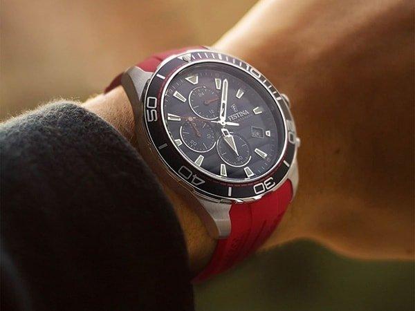 Zegarek Festina w sportowym stylu na czerwonym pasku