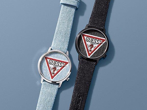 Stylowe zegarki Guess Originals w czarnym i niebieskim kolorze wykonane z denimu.