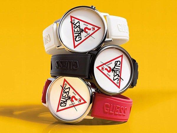 Modowe zegarki Guess Originals na paskach z tworzywa sztucznego w trzech wariantach kolorystycznych.