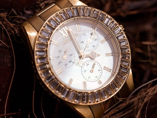 Stylowy zegarek Invicta z bogato zdobionym bezelem
