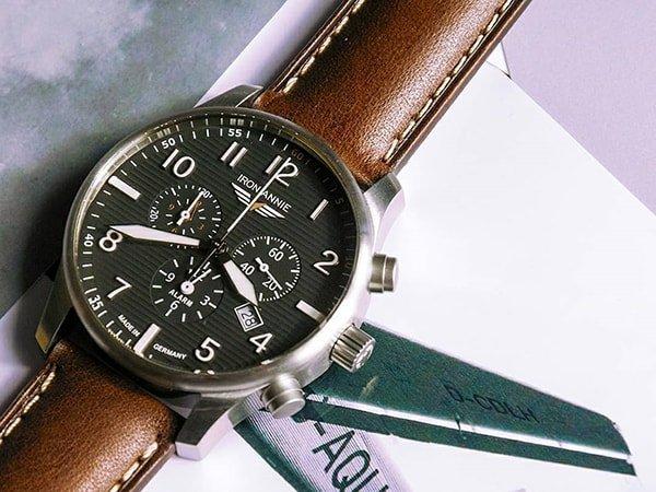 Lotniczy zegarek Iron Annie na brązowym skórzanym pasku z czarna tarczą oraz subtarczami