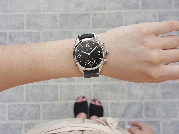 Zegarek Kronaby Apex na czranym skórzanym pasku z srebrną kopertą.