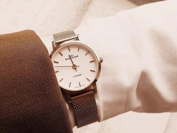 Rodzaje zegarków Rubicon na złotej bransolecie