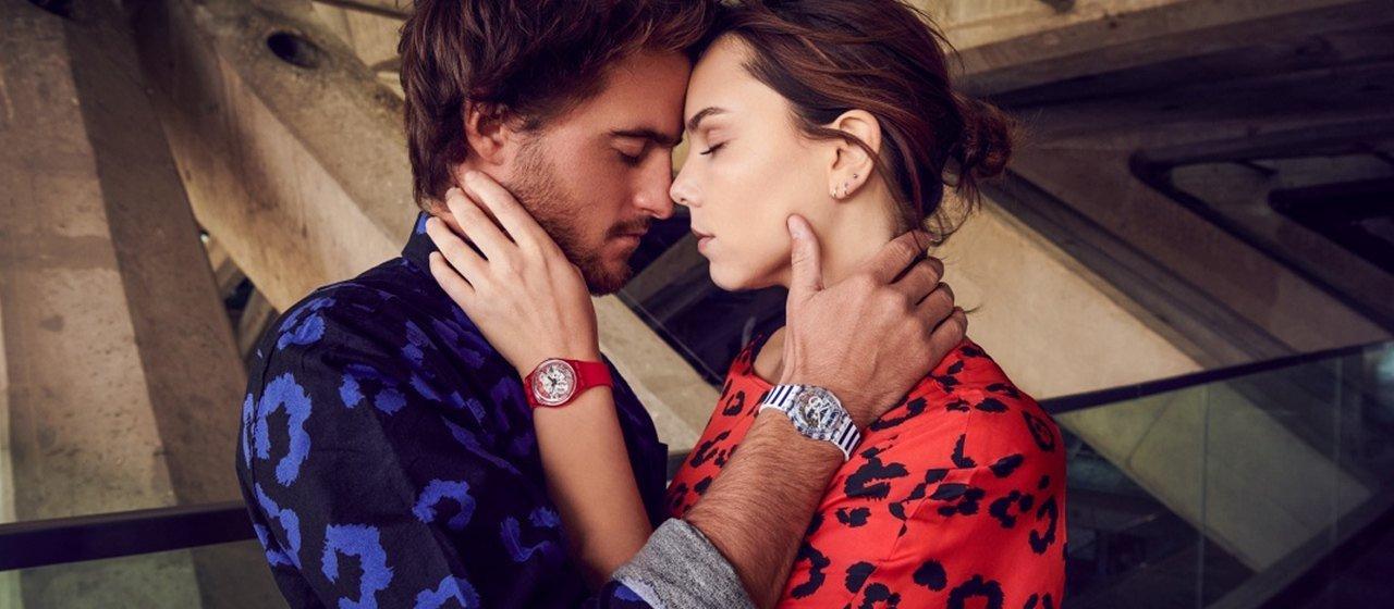 Zegarki swatch z widocznym mechanizmem, w kolorze czerwonym oraz w biało niebieskie paski.