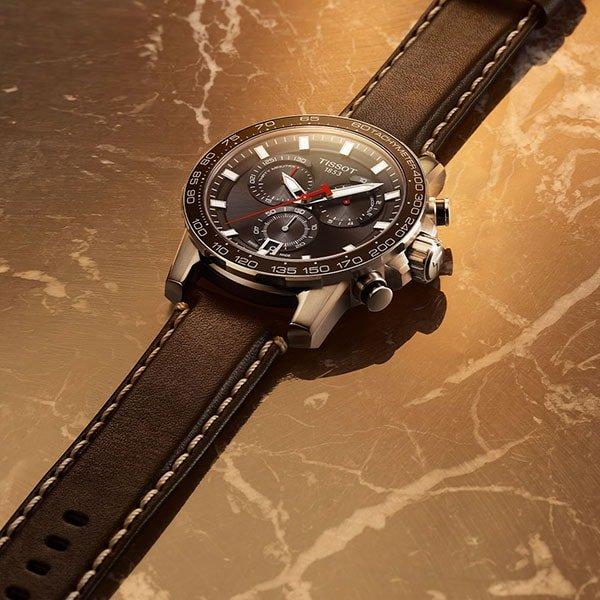 Stylowy zegarek Tissot w sportowo eleganckim stylu na skórzanym pasku.