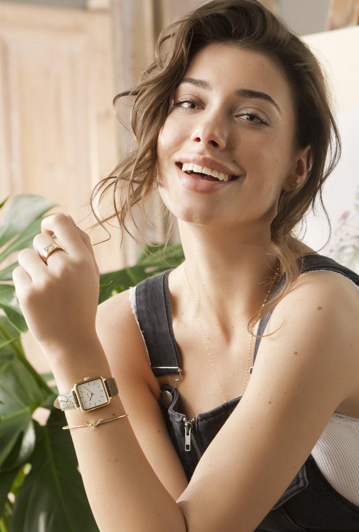 Piękny, damski zegarek Cluse CL60016 Gold White/Green Alligator posiada kopertę z mosiądzu w złotym kolorze. Tarcza zegarka jest minimalistyczna w białym kolorze z złotymi indeksami.